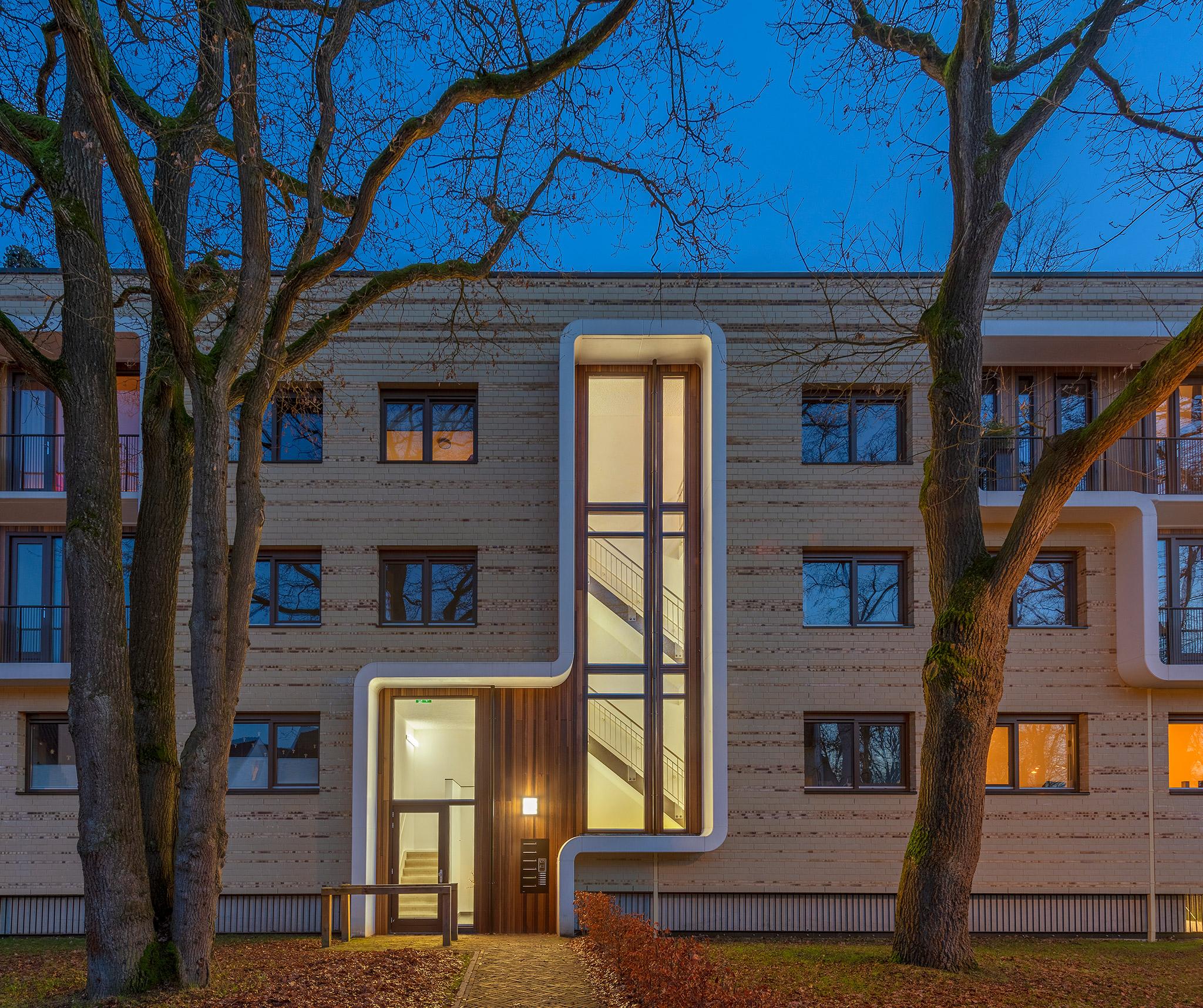 Simone Drost Architecture Planet Pab Architecture Appartementen Stdhouderspark Vught fragment entree gebouw bij schemer